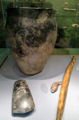 Vitrine Museum Vlaardingen met objecten Vlaardingencultuur